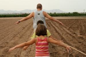 Disfrutar puede ser planear con tus hijos por una acequia en verano. Burjasot (Valencia), verano de 2009. Imagen de Alicia Arnau Iborra